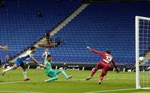 Benzema giật gót điệu nghệ đưa Real Madrid lên đầu bảng