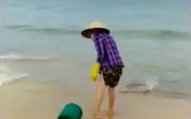 Đổ rác xuống biển, bị du khách nhắc nhở liền thách 'làm được gì tao'