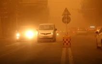 Video bão cát biến cả thành phố khu Tân Cương thành màu cam trong vài phút