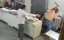 Nữ nhân viên bị đánh vì nhắc nam đồng nghiệp đeo khẩu trang