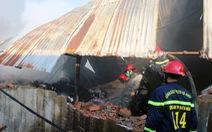 Xưởng vải hàng trăm mét vuông cháy rụi lúc rạng sáng