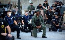 Vì sao cảnh sát Mỹ quỳ gối với người biểu tình?