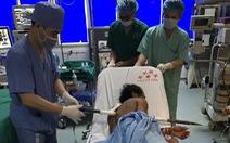 10 y bác sĩ mổ khẩn cấp cứu sống bệnh nhân bị xà beng xuyên ngực