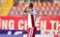 Video: Pha bỏ lỡ bàn thắng khó tin của Phi Sơn trên sân Lạch Tray