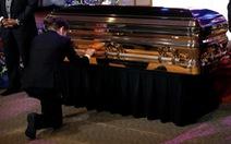Thị trưởng Minneapolis quỳ khóc trước quan tài công dân George Floyd