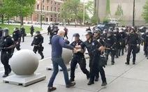 Dư luận Mỹ lại phẫn nộ vì cảnh sát xô cụ già 75 tuổi ngã nguy kịch