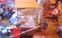 Video nhóm thanh niên cầm hung khí kéo đến đánh người, đập phá quán ốc ở Bình Tân