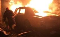 'Xế sang' Phantom cháy trơ khung sau cú tông vào tường nhà dân