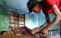 Cậu bé bán chuối và giọt nước mắt người mẹ bị ung thư hiểm nghèo