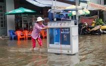 Nước ồng ộc trào lên từ trong nhà, cả khu dân cư bất ngờ ngập lênh láng
