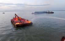 Tàu kéo bốc cháy ở Cần Giờ, 4 người thoát chết