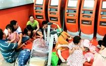 Hành khách phờ phạc ở Tân Sơn Nhất chờ đổi chuyến bay