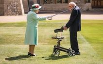 Cụ ông trăm tuổi đi quanh vườn gây quỹ chống COVID được Nữ hoàng phong Hiệp sĩ
