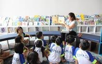 Gấp sách lại, trẻ học tiếng Anh ở thế giới xung quanh