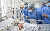 Phó chủ tịch nước thăm hai bé Trúc Nhi - Diệu Nhi: 'Đây là một ca phẫu thuật rất thần kỳ'