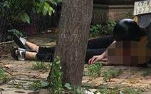 Nam thanh niên chết cạnh xe máy, dao Thái Lan găm trên ngực