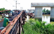 Xây cầu Long Kiểng dở dang, dân chen nhau qua cầu sắt ọp ẹp
