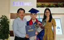 Một sinh viên khiếm thị tốt nghiệp Trường ĐH Kinh tế TP.HCM