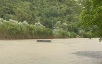 Mưa dông làm lật thuyền chở du khách ở chùa Hương