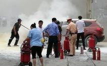 Xe hơi bốc cháy trước cửa cây xăng, nhiều người hoảng loạn