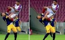 Video cầu thủ bay người đá kungfu vào đầu đối thủ mà báo chí gọi 'là tội ác'