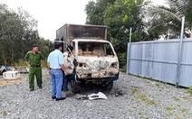 Xe tải đang đậu tại tiệm sửa xe bỗng dưng bốc cháy