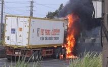 Xe container đang chạy bỗng phát hỏa, cháy rụi cabin
