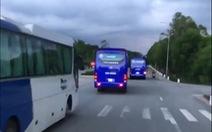 Đoàn xe chở công nhân không chịu nhường đường cho xe cứu hỏa đi làm nhiệm vụ