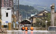 Nước lũ dâng tới tầng 2, người dân Nhật phải lặn qua cửa sổ thoát ra ngoài