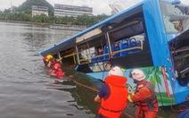 Xe buýt chở học sinh thi đại học lao xuống hồ, ít nhất 21 người thiệt mạng