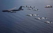 B-52H bay thẳng từ Mỹ tới Biển Đông tập trận ngay với tàu sân bay