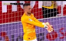 Sau khi ghi bàn, tiền đạo bị 'lôi' về làm thủ môn và cứu thua ngoạn mục phút 102