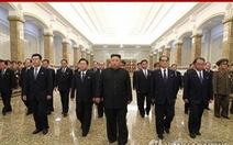 Ông Kim Jong Un viếng cung điện Mặt trời kỷ niệm ngày mất của ông nội