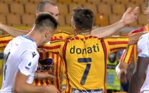 Cầu thủ Lazio lãnh thẻ đỏ vì... bắt chước Suarez cắn người