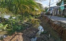 Nửa con đường vào khu di tích mộ nhà thơ Phan Văn Trị đổ sụp xuống sông