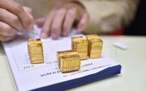 Vàng rớt giá quá nhanh và sốc, công ty lẫn tiệm vàng cạn tiền 'thâu' vô