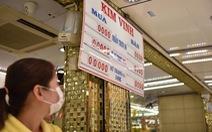 Giá vàng đảo điên: sáng bán khi giá xuống, chiều đội mưa đi mua khi giá lên