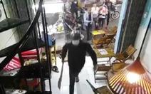 Video nhóm người cầm hung khí đập phá quán trà sữa ở quận Bình Tân