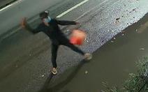 Đuổi theo kẻ trộm, 20 phút sau nhà 'khổ chủ' bị ném gạch