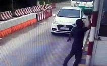 Vượt ẩu bị barie chắn lại, tài xế chửi và tát nữ nhân viên trạm thu phí