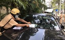 TP.HCM: xe vắng chủ vi phạm dừng, đỗ trên đường Trần Hưng Đạo bị dán phiếu, phạt nguội