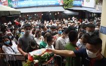 Đóng cửa phủ Tây Hồ do hàng ngàn người chen chân đi lễ giữa dịch