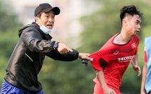 Trợ lý Lee Young Jin hò hét, chỉ tình huống cho cầu thủ U22 Việt Nam