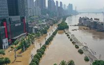 Biển người tràn ngập khu Triều Thiên Môn của Trùng Khánh để coi... nước lũ