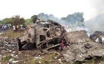 Máy bay rơi bốc cháy gần khu dân cư, người dân chạy ra nhặt tiền
