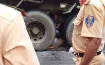 Xe máy bị cuốn vào gầm xe container, 2 người chết