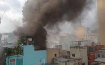 Khói mù trời từ căn nhà bị cháy trong hẻm đường Nguyễn Công Trứ, quận 1