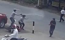 Video cướp giật dây chuyền người đi bộ, xịt hơi cay chống trả người dân vây bắt