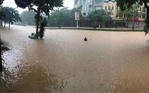 Dân bì bõm dắt xe sau cơn mưa lớn tại Vĩnh Phúc