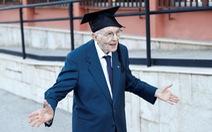 'Chấp' cả dịch COVID-19, cụ ông 96 tuổi vẫn bỏ túi bằng cử nhân
